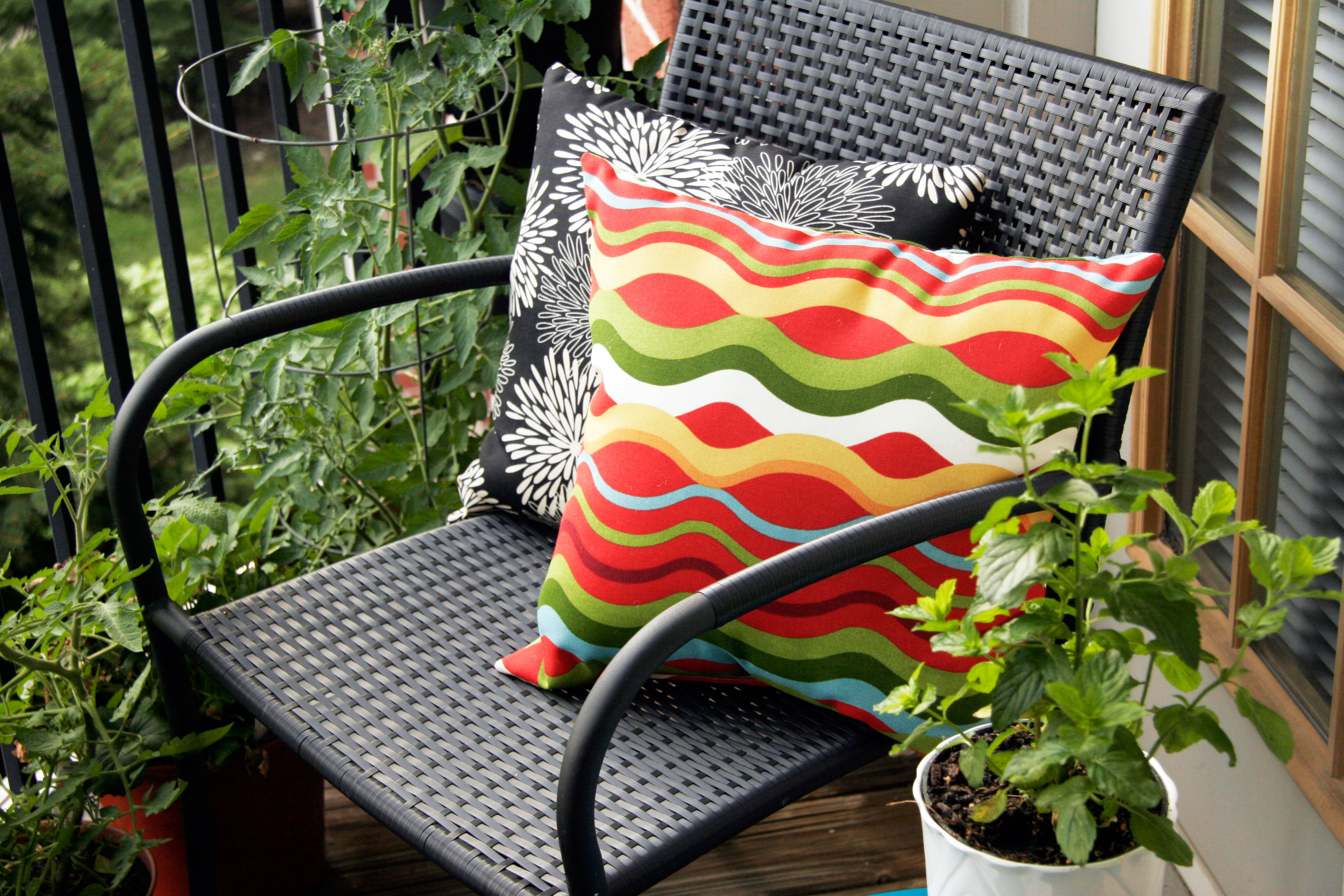 Tips for decorating a small apartment balcony all put for Coussin sofa exterieur